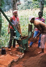 CEB Produktion in Muranga, Beladen des Presskastens, 1989
