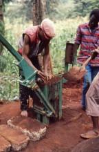CEB Produktion in Muranga, Einfüllen der Pressmasse, 1989