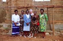 Mit den Frauen vor ihren Häusern in Embu, 1993