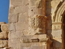 Korinthisches Kapitell am Fuss der Säulen