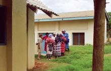 """Erica Mann mit """"ihren"""" Frauen in Kibwezi, 1990"""