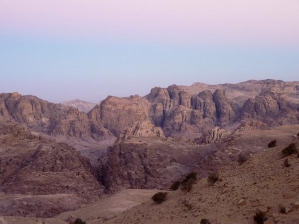 Die Berge von Petra im Abendlicht