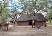 Die größeren Doppelhäuser auf Ombili, November 2004