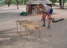 Reinhard Friedrich mit den ersten Hausvorstellungen der San, 2004