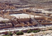 Kolonnade mit großem Tempel