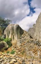 Mauerbauen in den Felsen