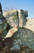 Steinmauern in den Felsen