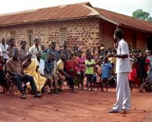 Dorfversammlung mit Stephen Adjare