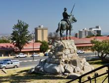 Umgesetztes Reiterdenkmal vor der Alten Feste, 2011