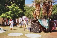 Bunte Baumwolltücher und gehäkelte Decken am Stadtpark
