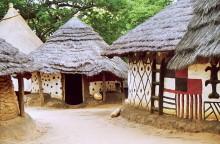 Traditionelle Häuser im afrikanischen Dorf