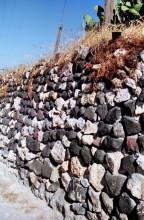 Typische Mauer aus Lavagestein auf dem Weg nach Emborio, 13.6.