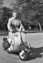 Als Studentin in Karlsruhe, mit Vespa mobil, 1957