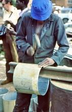 Blechner bei der Arbeit in Mbare, 1985
