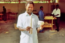 Hölzerne Kopien von Landminen für Schulen, Danhiko Tischlerei, 1994