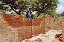 Beim Mauern in Fambidzanai, 1994