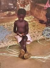 Aufziehen der Perlen für eine Kette, 1983