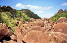 Felsen in einem Flusstal