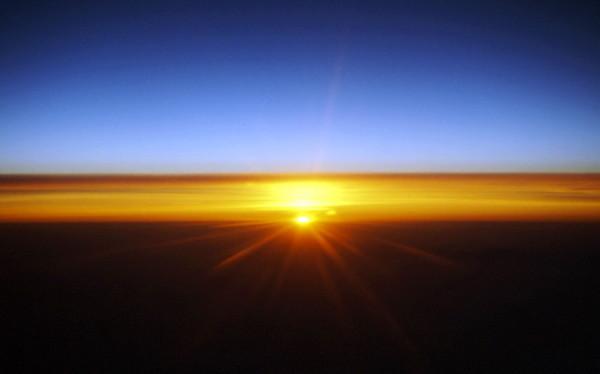 Sonnenaufgang in 10.000 Meter Höhe auf dem Rückflug