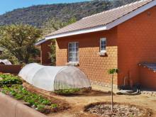 Chalet und Garten in der Damara Mopane Lodge, 2011