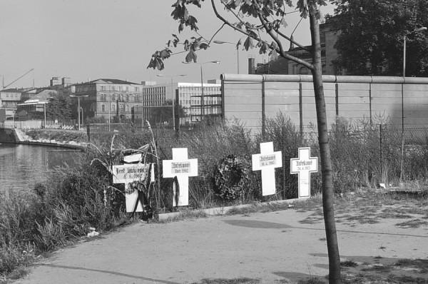 Zur Erinnerung an die Toten an der Mauer in Westberlin, 1973