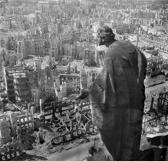 Eine Kamera klagt an - Dresden nach der Bombardierung im Februar 1945a klagt an_1949