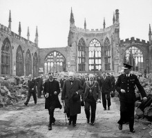 Winston Churchill in der Ruine der Coventry Kathedrale, 1943 (Foto Nr. H 14250, Imperial War Museums)