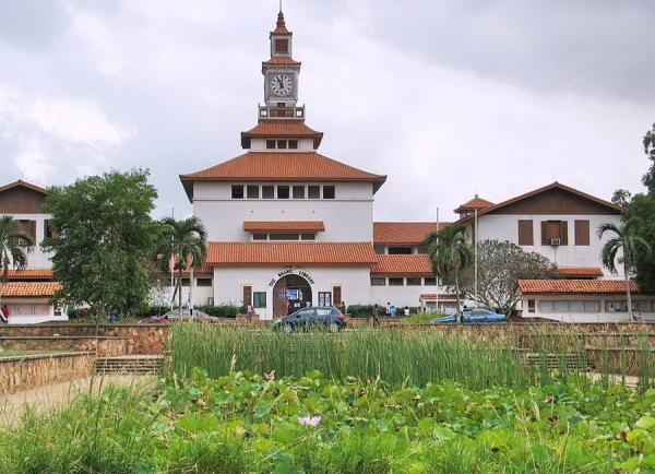 Eingangsgebäude der Universität in Legon (Quelle: Wikipedia)