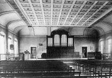Die Aula der Luisenschule mit der Orgel, 1942