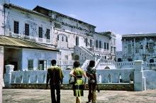 Außerhalb der Festungsanlage in Cape Coast, 1974