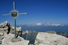 Ausblick vom Gipfelkreuz auf dem Piz Duleda