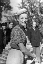 """20 Jahre alt in Magdeburg als Maurergesellin beim """"Schaumauern"""", 1952"""